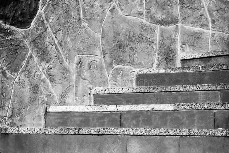 Una vecchie scala e parete di pietra, bello esterno fotografia stock libera da diritti