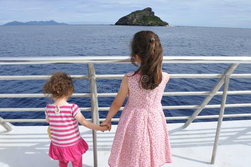 Una vela di due sorelle su una barca fotografia stock