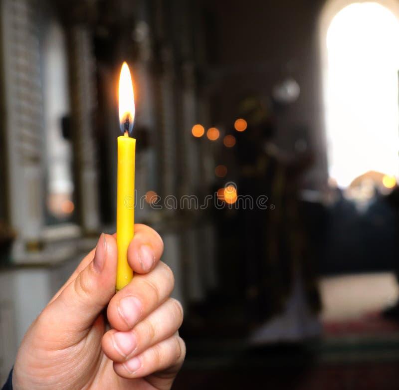Una vela en la mano de un ni?o fotos de archivo