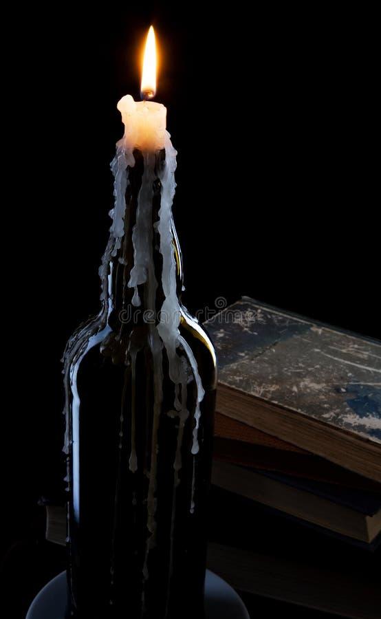 Una vela en una botella imágenes de archivo libres de regalías