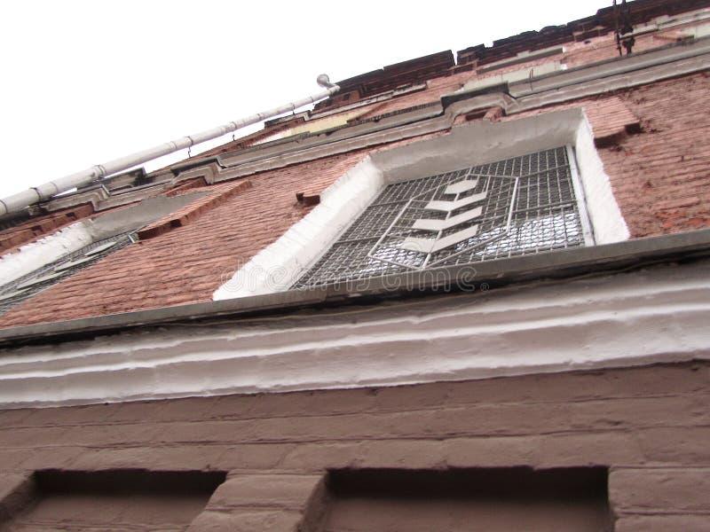 Una ventana de una fábrica vieja en la calle imagen de archivo libre de regalías