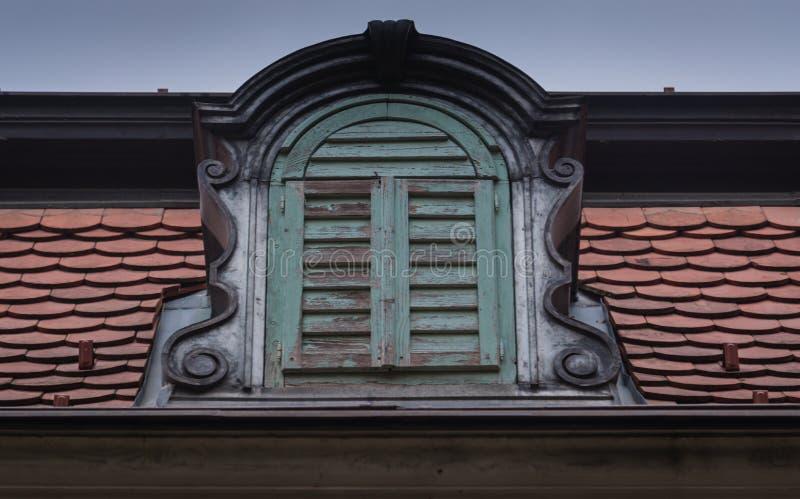Una ventana de la corona, viejo rodeada por la teja fotos de archivo libres de regalías