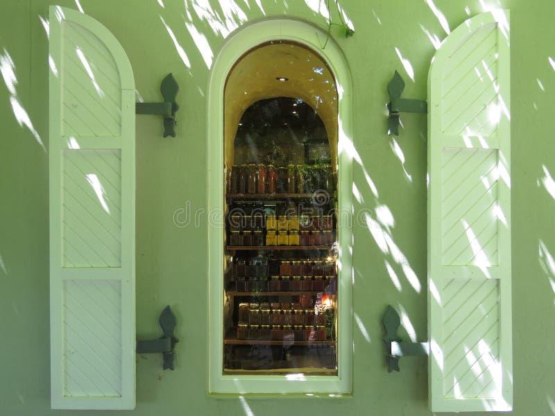 Una ventana de la tienda fotos de archivo libres de regalías