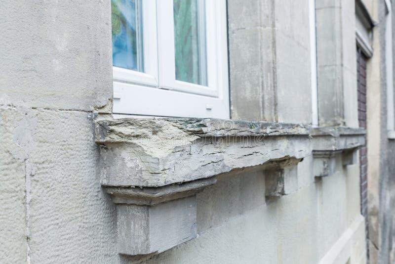Una ventana de piedra dañada detrás con las esquinas saltadas, Alemania foto de archivo