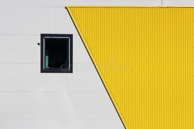 Una ventana en un centro comercial grande en un fondo beige y amarillo, fachada foto de archivo