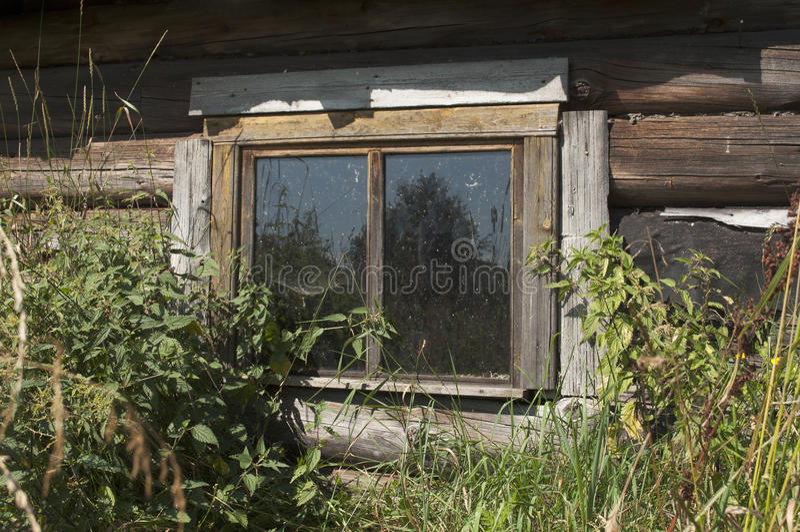 Una ventana es viejo hogar rústico imagen de archivo libre de regalías