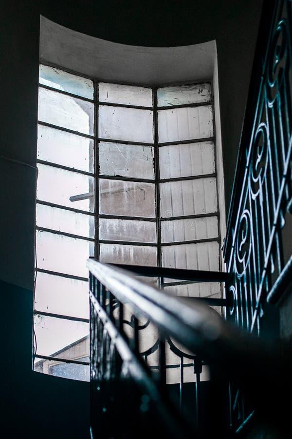 Una ventana grande ilumina el interior de una torre de acero fotografía de archivo