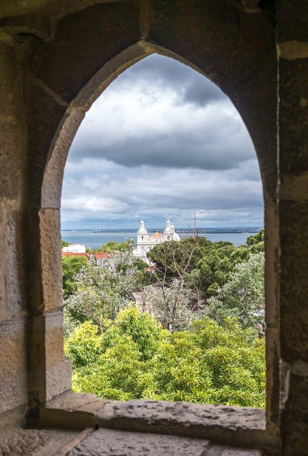 Una ventana a la iglesia de Vicente da Fora del sao foto de archivo