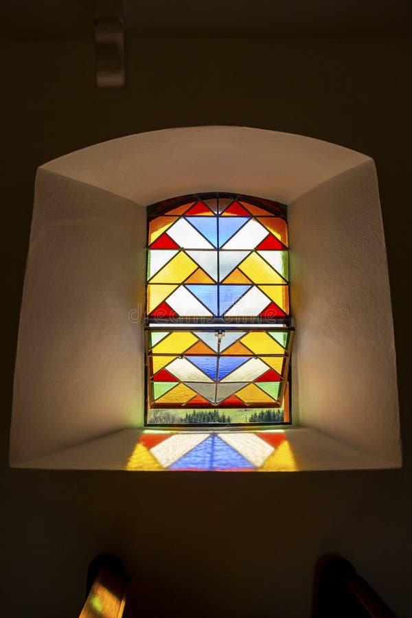 Una ventana plomada en St Briktiuskapelle o capilla de St Brice en Merlscheid, Bélgica imagen de archivo libre de regalías
