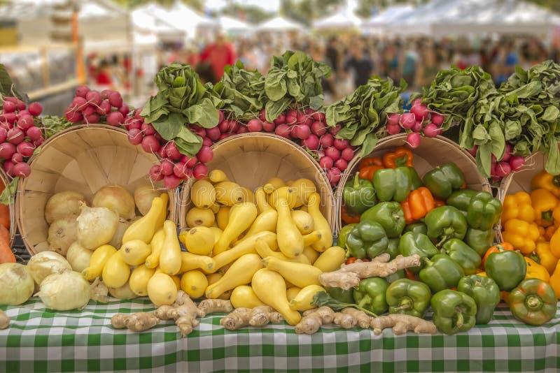 Una verdad de las verduras frescas exhibidas maravillosamente en el mercado local de los granjeros, usted encontrará una verdad d imagen de archivo libre de regalías