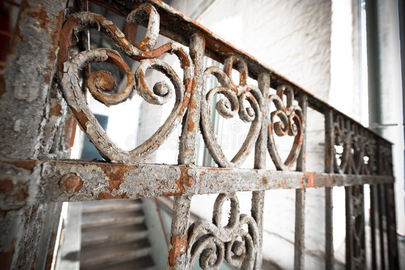 Una verja oxidada vieja del labrado-hierro imágenes de archivo libres de regalías