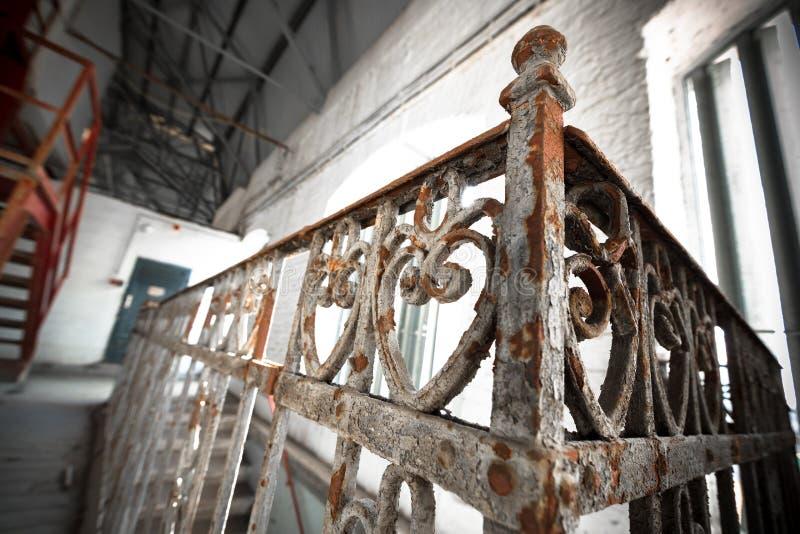 Una verja oxidada vieja del labrado-hierro fotos de archivo