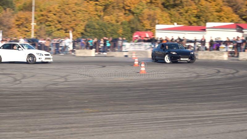Una vettura da corsa della deriva nell'azione con le gomme di fumo nella manifestazione immagini stock