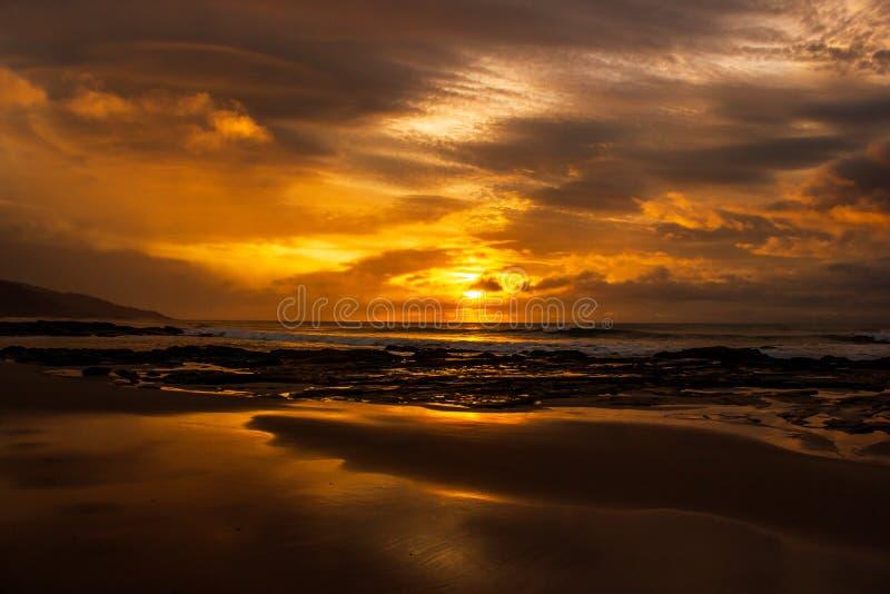 una vez una salida del sol hermosa del tiempo de la vida sobre el Oc?ano ?ndico, las ondas est?n adaptando en el gran camino del  foto de archivo libre de regalías