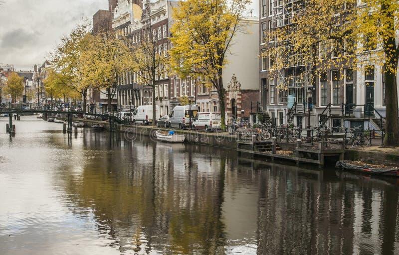 Una via da un canale, Amsterdam fotografie stock libere da diritti
