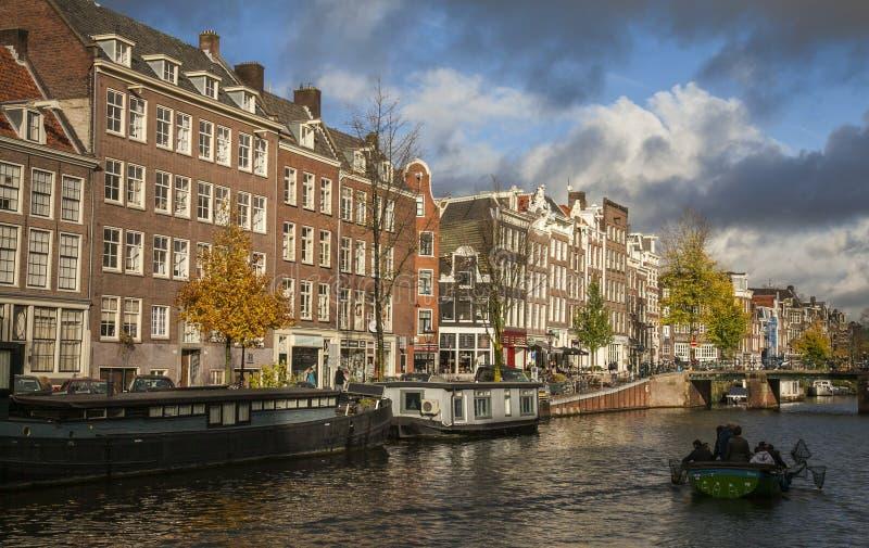 Una via da un canale un giorno soleggiato, Amsterdam fotografia stock