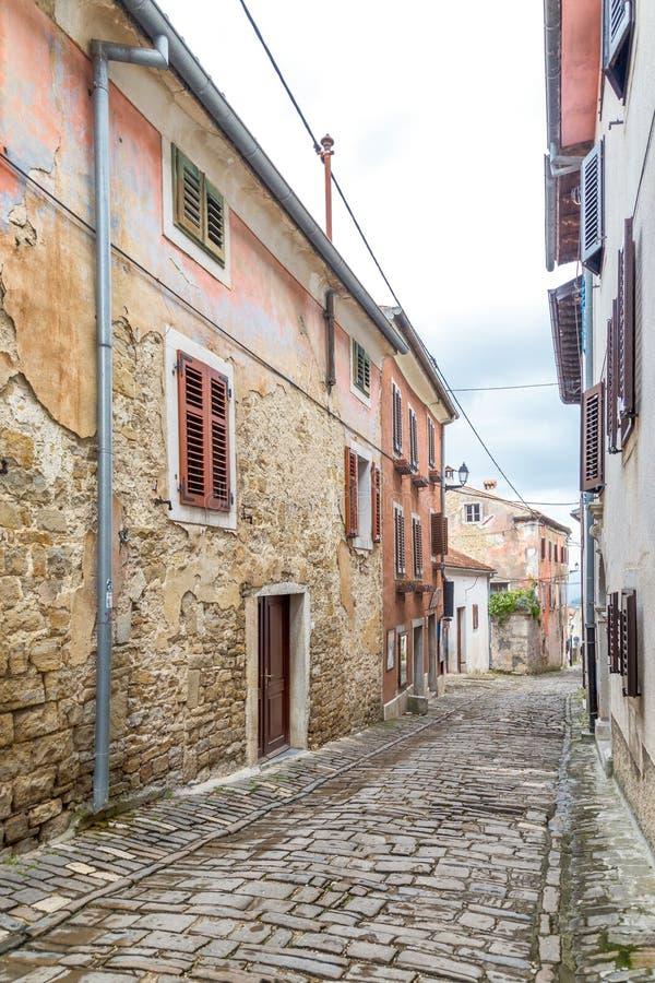 Una via di pietra antica nella città di Motovun su Istria immagini stock