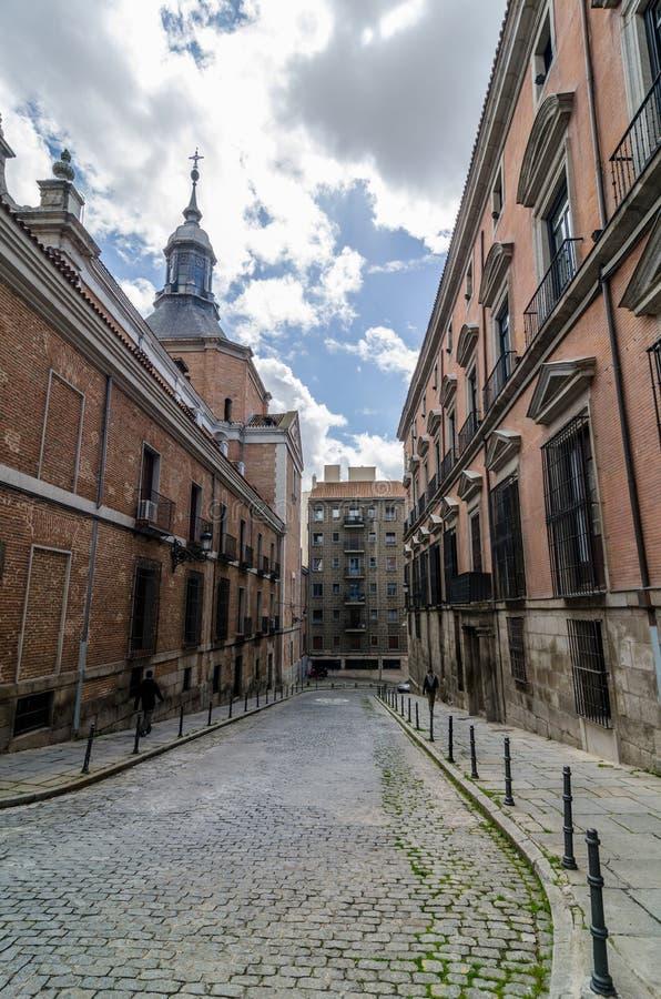 Una via a Madrid del centro Uno dei posti magici nella città fotografia stock