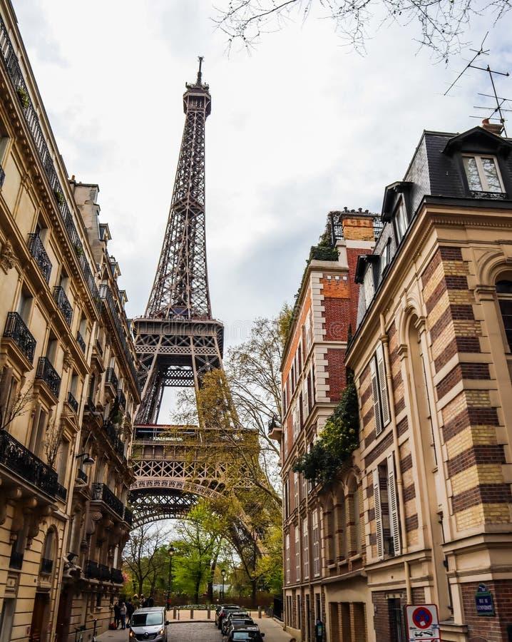 Una via a Parigi con la vista della torre Eiffel france Aprile 2019 fotografie stock