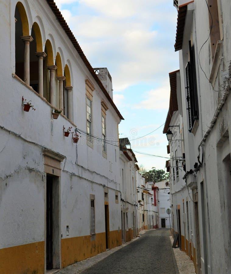 Una via stretta tipica dell'Alentejo fotografia stock