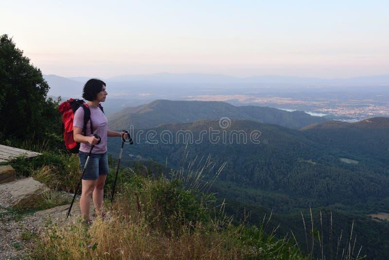 Una viandante femminile che ha raggiunto la cima fotografia stock