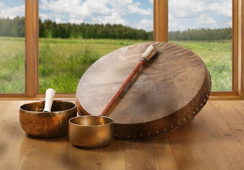 Una vida inmóvil del tambor shamanic y de los cuencos tibetanos del canto fotografía de archivo libre de regalías