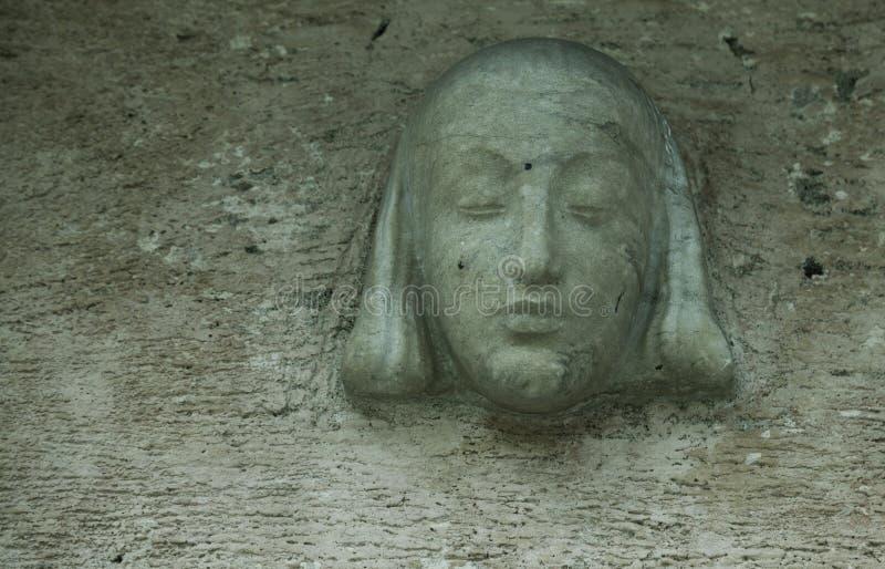Una vieja cabeza de estatua espeluznante encima de una puerta en Umedalen fotografía de archivo libre de regalías