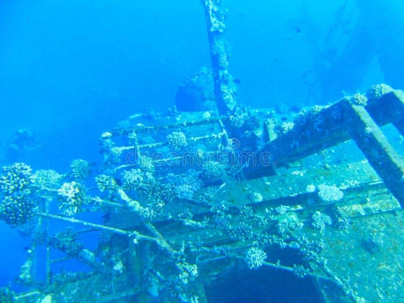 una vieja ruina de la nave bajo el agua imagen de archivo