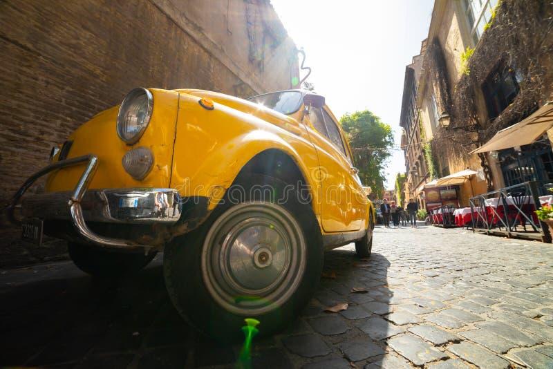 Una vieja situación amarilla retra del coche en la calle italiana foto de archivo