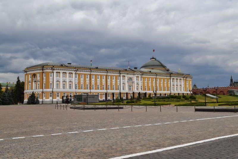 Una visión dentro de la Moscú el Kremlin Palacio del senado La pared del Kremlin Residencia del ` s de Putin Y nubes tormentosas fotografía de archivo