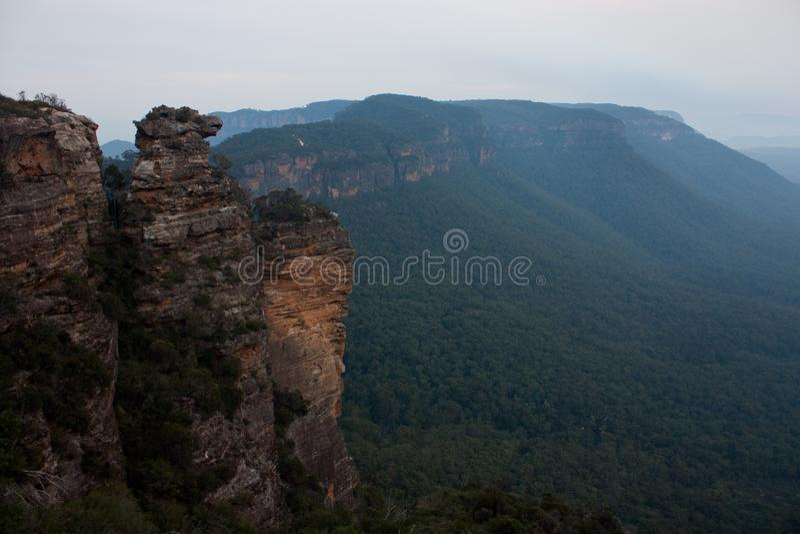 Una visión desde cerca del Cahill' puesto de observación de s en las montañas azules en Australia fotos de archivo