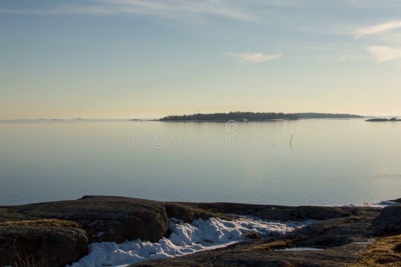 Una visión desde una colina en un mar fotos de archivo