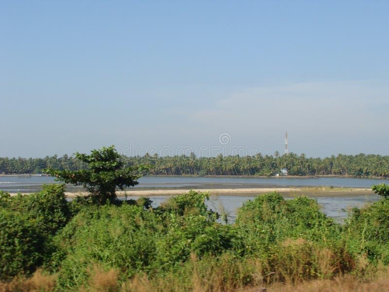 Una visión desde el camino por el río imagenes de archivo