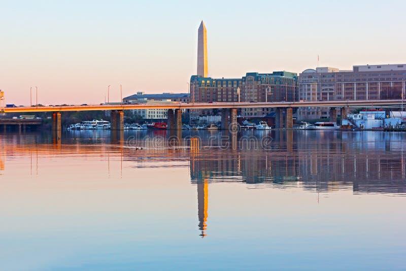 Una visión desde el parque del este de Potomac en el puerto deportivo del monumento nacional, del puente y de la pasarela en prim foto de archivo libre de regalías