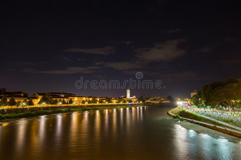 Una visión desde el puente de Castelvecchio y el río Adige por noche imagenes de archivo
