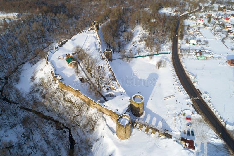 Una visión desde la altura de la fortaleza antigua, fotografía aérea de Koporye Región de Leningrad, Ru imagen de archivo