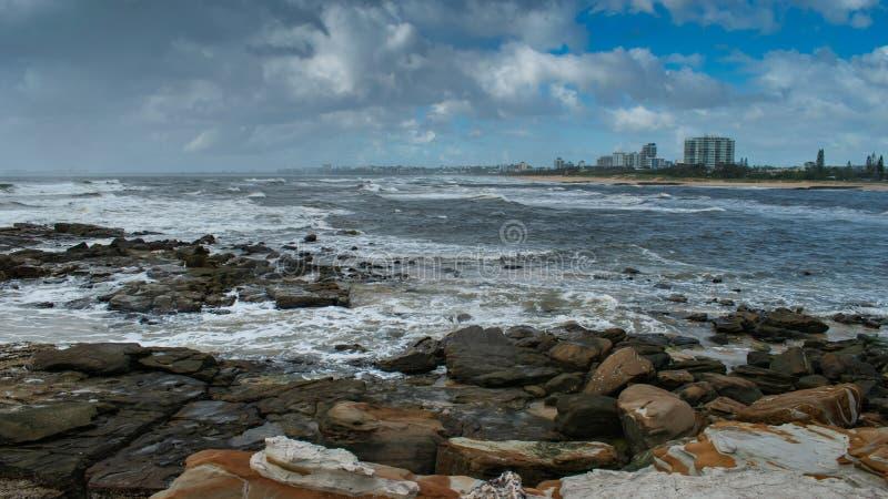 Una visión desde la orilla del norte a través de un estuario a Maroochydore foto de archivo libre de regalías