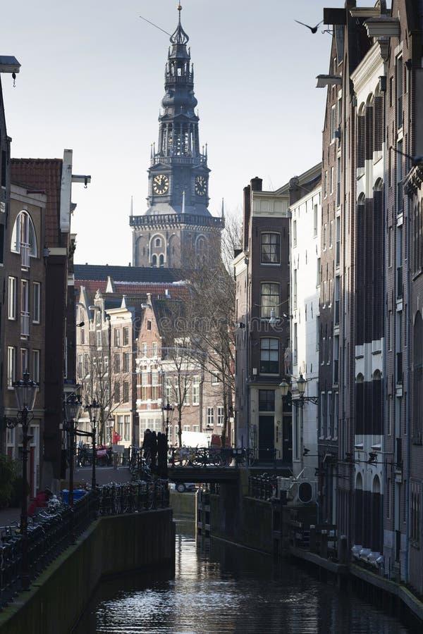 Una visión el centro de ciudad histórico con la torre vieja de la iglesia OUDEKERK en el fondo, Amsterdam, los Países Bajos fotografía de archivo