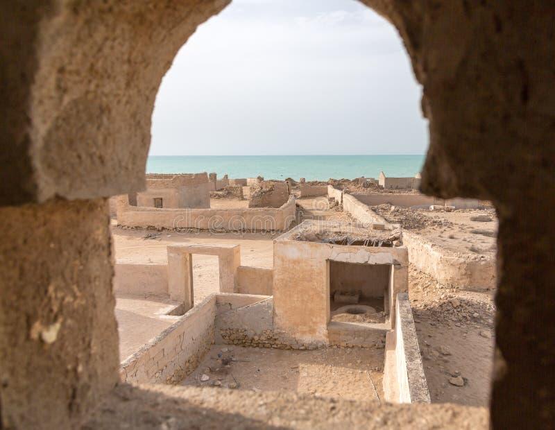 Una visión fuera de la ventana del alminar al mar Ciudad vieja arruinada Al Jumail, Qatar imágenes de archivo libres de regalías