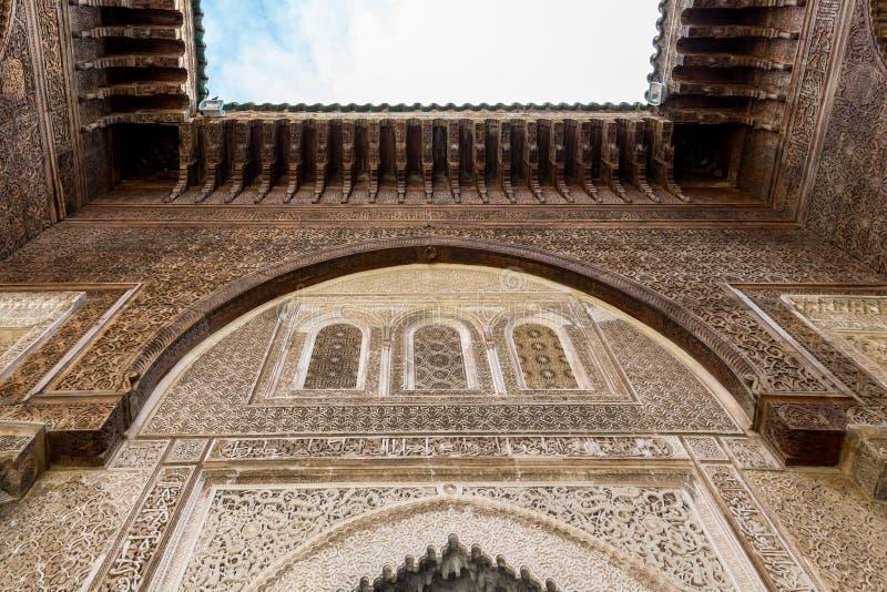 Una visión interior que mira para arriba de Bou Inania Madarsa en Fes, Marruecos imagen de archivo