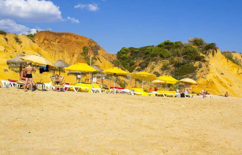 Una visión a lo largo de la playa Albuferia del Praia de Oura con las camas y la arena del sol foto de archivo libre de regalías