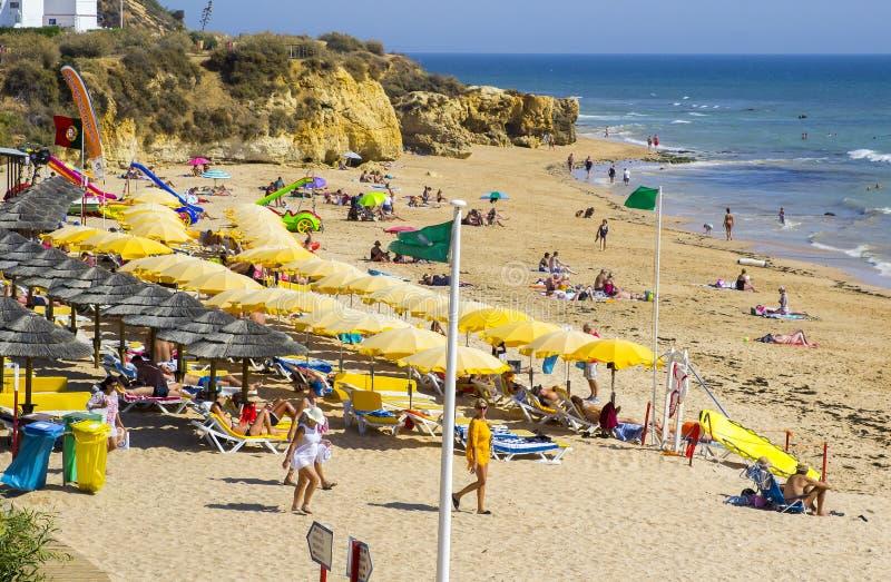 Una visión a lo largo de la playa Albuferia del Praia de Oura con las camas y la arena del sol foto de archivo