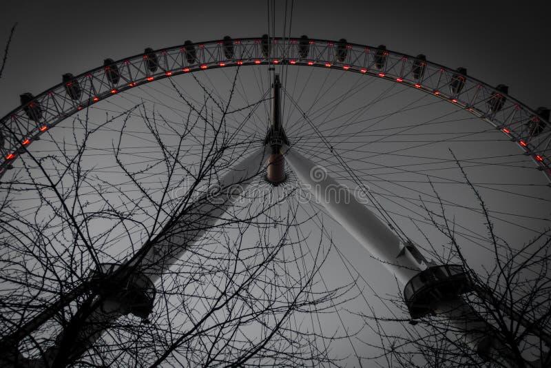 Una visión oscura debajo del ojo grande de Londres fotografía de archivo