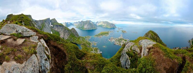 Una visión panorámica desde la isla de Lofoten, Noruega foto de archivo