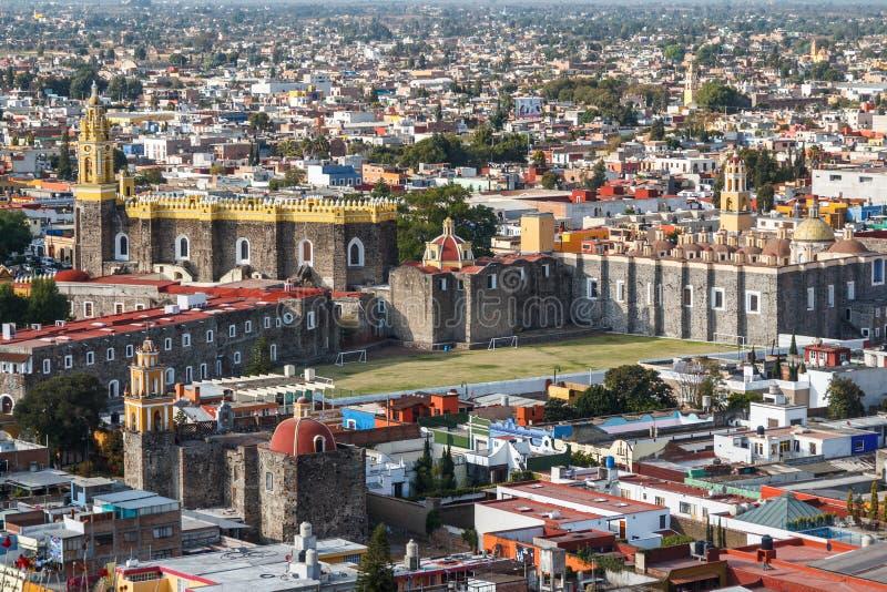 Una visión sobre iglesias viejas de Cholula, estado de Puebla imagenes de archivo