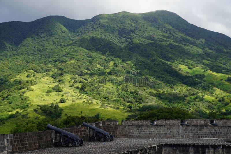 Una visión sobre las colinas del St San Cristobal con los fortalecimientos de la fortaleza de la colina del azufre en el primero  imagen de archivo