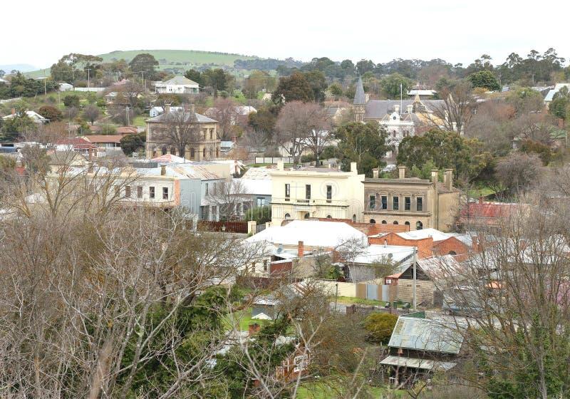 Una visión sudeña que pasa por alto el municipio histórico de Clunes, en Victoria central foto de archivo