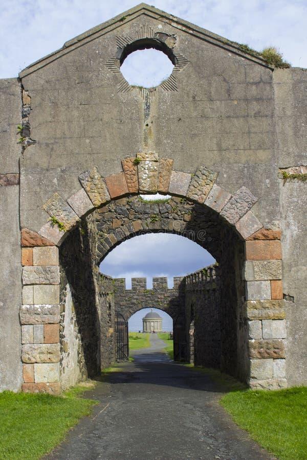 Una visión a través de las puertas arqueadas del patio de la casa del ` s Mussenden del obispo en la heredad en declive foto de archivo libre de regalías