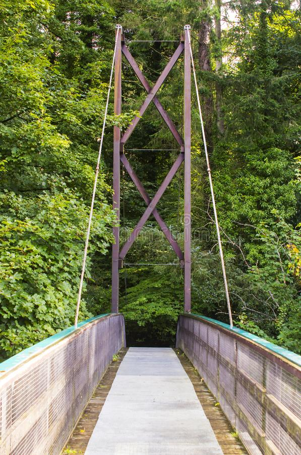Una visión a través del puente invertido de la cuerda de arco a través del río de las huevas en el parque del país de Roe Valley  foto de archivo