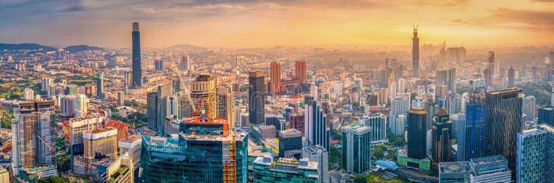 Una visione aerea della città di Kuala Lumpur al tramonto a Kuala Lumpur, Malesia immagini stock